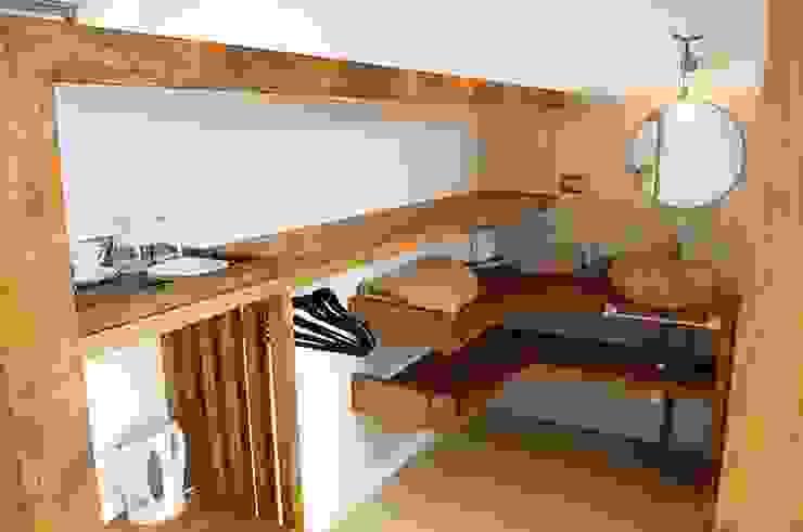 HOSTAL LA MAI, AVENIDA COSTANERA, PICHILEMU Dormitorios de estilo moderno de KIMCHE ARQUITECTOS Moderno Madera Acabado en madera