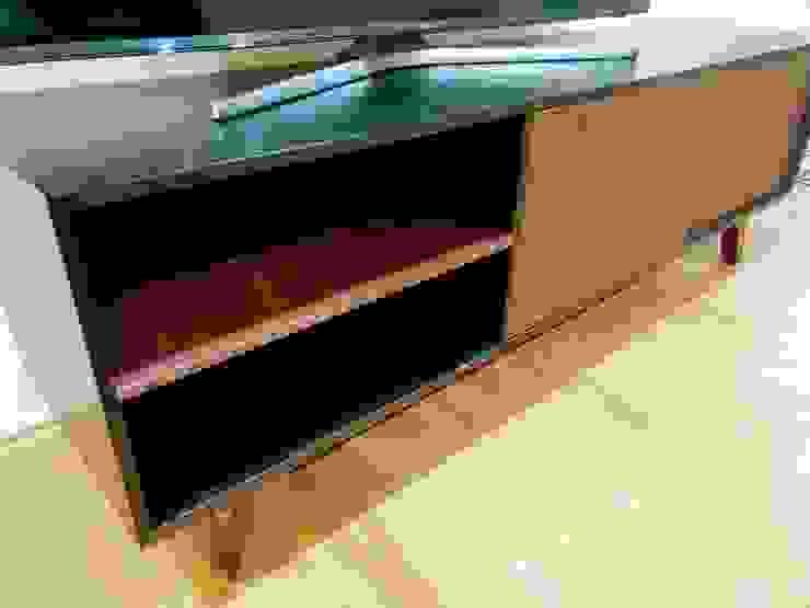 Proyecto de amueblado en departamento Salones modernos de Estilo en muebles Moderno Madera Acabado en madera