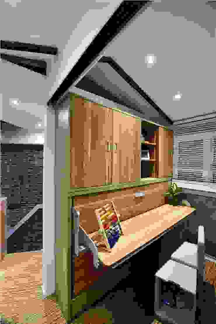 Nội thất thông minh mang lại sự rộng rãi tối đa cho không gian. Phòng ngủ phong cách châu Á bởi Công ty TNHH TK XD Song Phát Châu Á Đồng / Đồng / Đồng thau