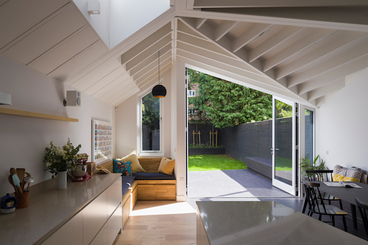 View of bench and garden from kitchen Mustard Architects Bếp xây sẵn
