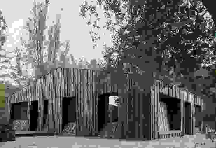 Casa envuelta en madera de Crescente Böhme Arquitectos Moderno Madera Acabado en madera