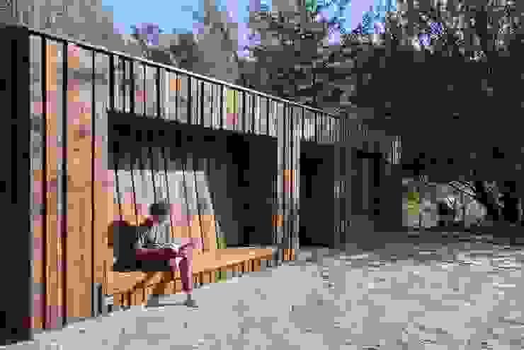 Casa envuelta en madera de Crescente Böhme Arquitectos Minimalista Madera Acabado en madera