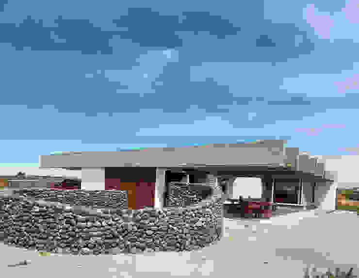 CASA DE LA PIEDRA CHIU-CHIU, II REGIÓN DE ANTOFAGASTA de RH+ ARQUITECTOS Moderno Piedra