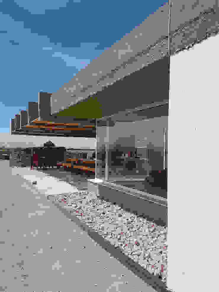 CASA DE LA PIEDRA CHIU-CHIU, II REGIÓN DE ANTOFAGASTA de RH+ ARQUITECTOS Moderno Concreto