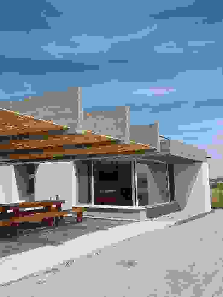 CASA DE LA PIEDRA CHIU-CHIU, II REGIÓN DE ANTOFAGASTA Balcones y terrazas modernos de RH+ ARQUITECTOS Moderno Bambú Verde