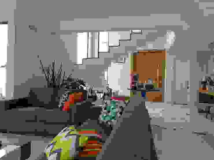 Modern living room by SERGIO CANINEO arquitetura + design Modern Ceramic