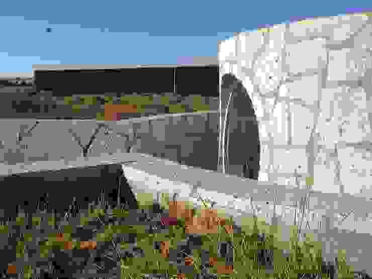 MURTRA SANTA MARÍA DEL SILENCIO | CHIU-CHIU | REGIÓN DE ANTOFAGASTA | CHILE de RH+ ARQUITECTOS Moderno Piedra