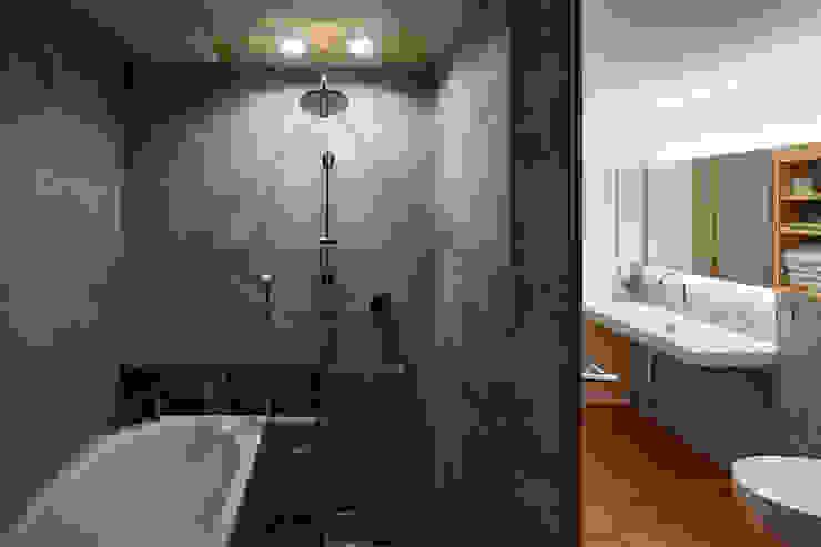 根來宏典建築研究所 ห้องน้ำ กระเบื้อง Grey
