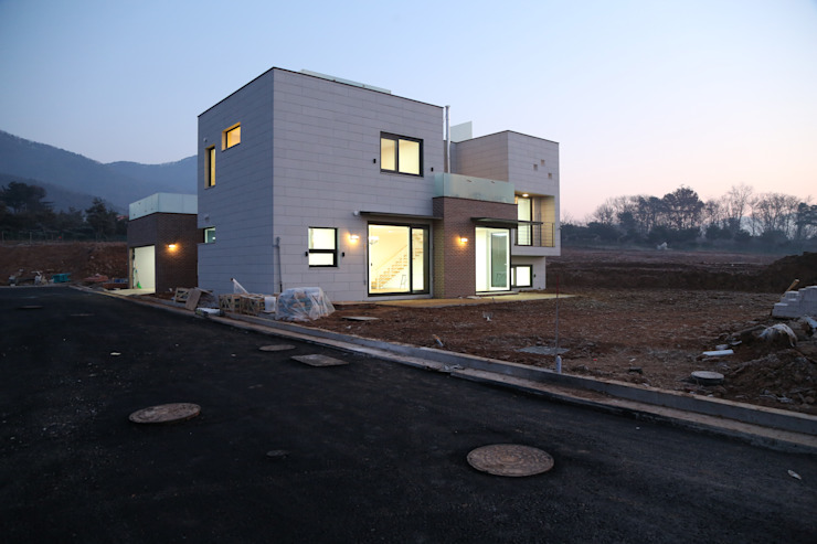 Modern houses by 인문학적인집짓기 Modern Stone