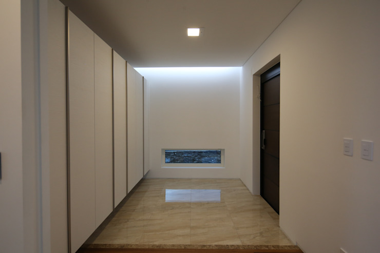 Modern Corridor, Hallway and Staircase by 인문학적인집짓기 Modern