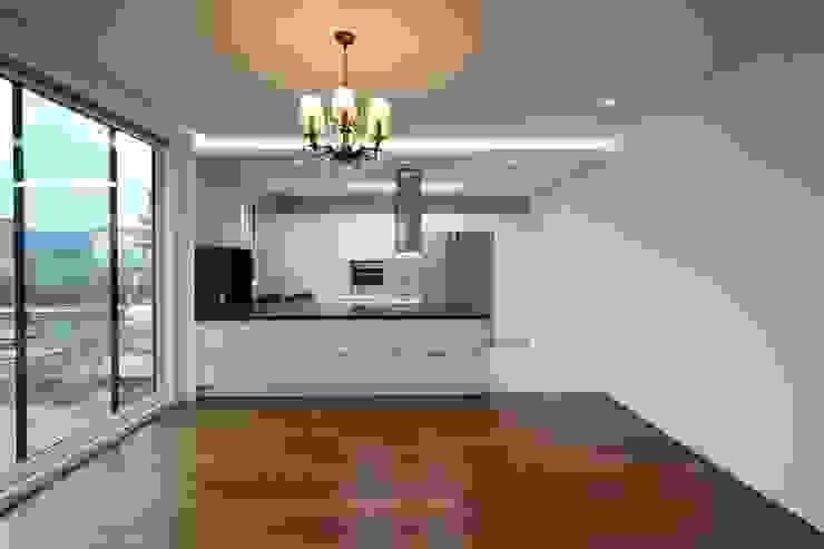 Modern kitchen by 인문학적인집짓기 Modern
