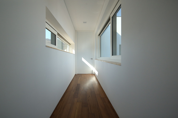 Modern Corridor, Hallway and Staircase by 인문학적인집짓기 Modern