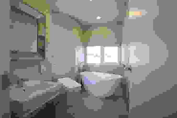 욕실 모던스타일 욕실 by 인문학적인집짓기 모던