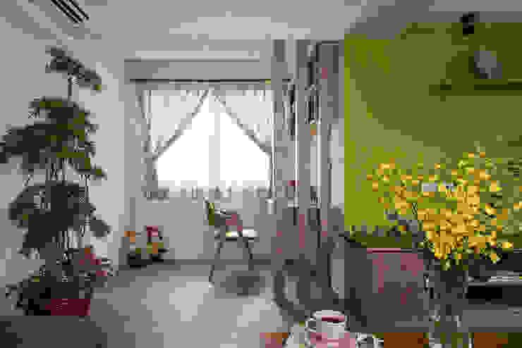 市區45年老屋華麗轉身 恬靜鄉村風: 現代  by 采荷設計(Color-Lotus Design), 現代風 實木 Multicolored
