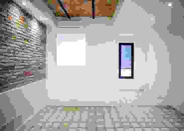 Grupo Inventia Mediterranean style living room Concrete White