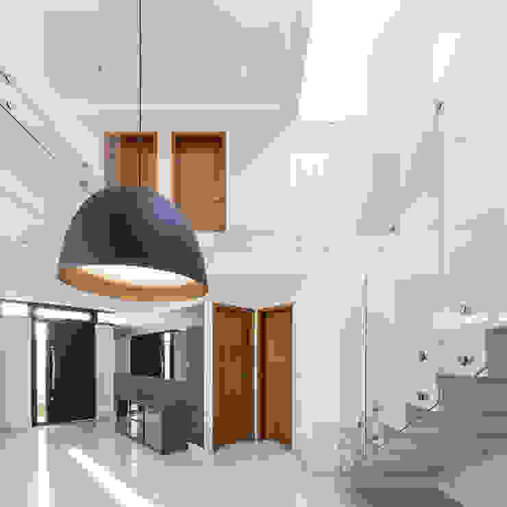ミニマルデザインの ダイニング の Vertentes Arquitetura ミニマル