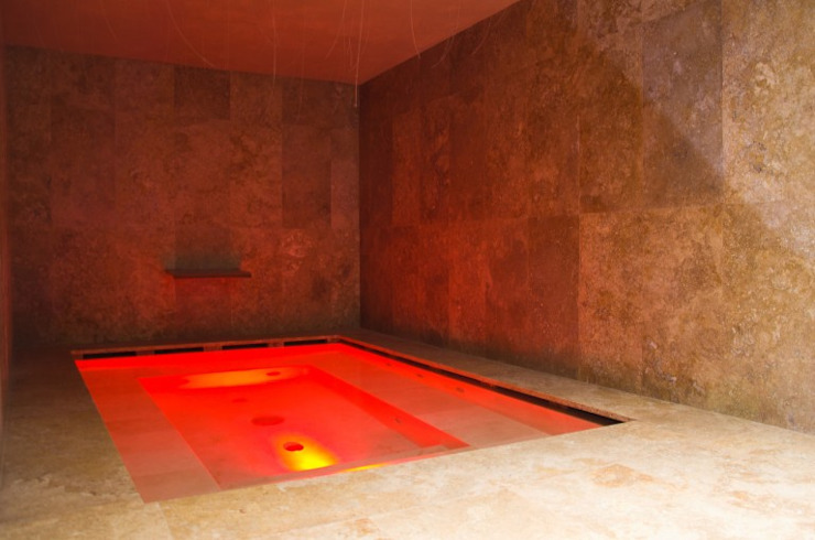 Spa e piscina interna in travertino Spa in stile classico di Pietre di Rapolano Classico Pietra