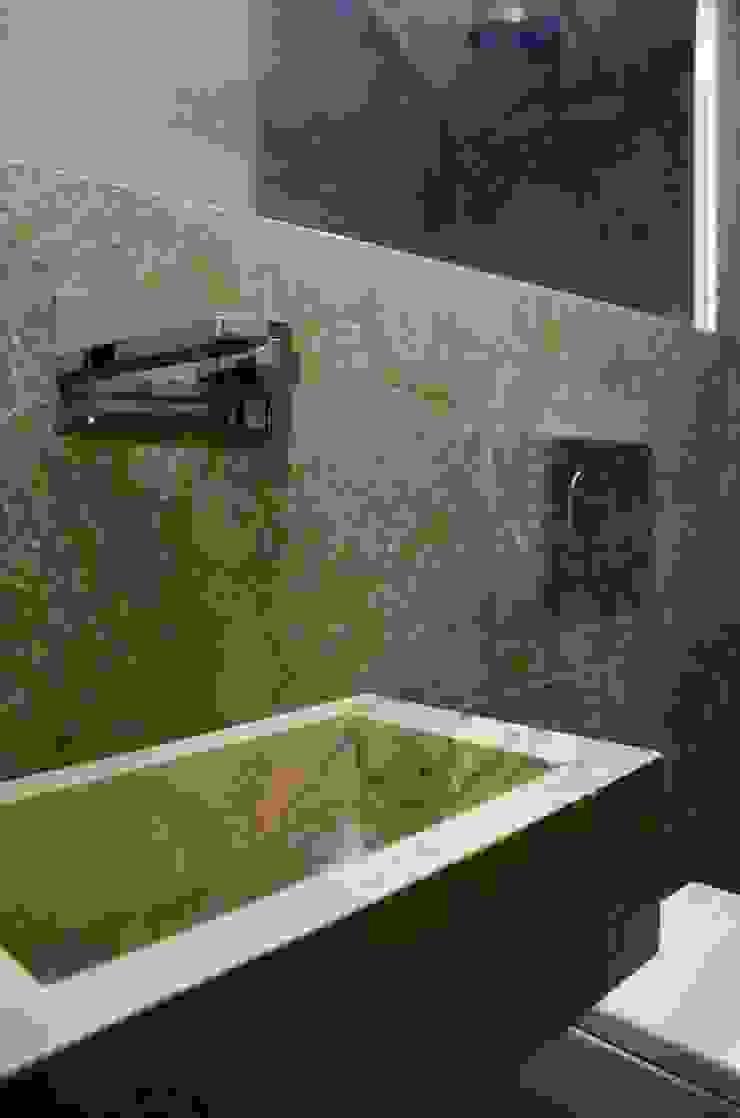 Bagno con rivestimenti e lavabo su misura in travertino Bagno in stile classico di Pietre di Rapolano Classico Pietra