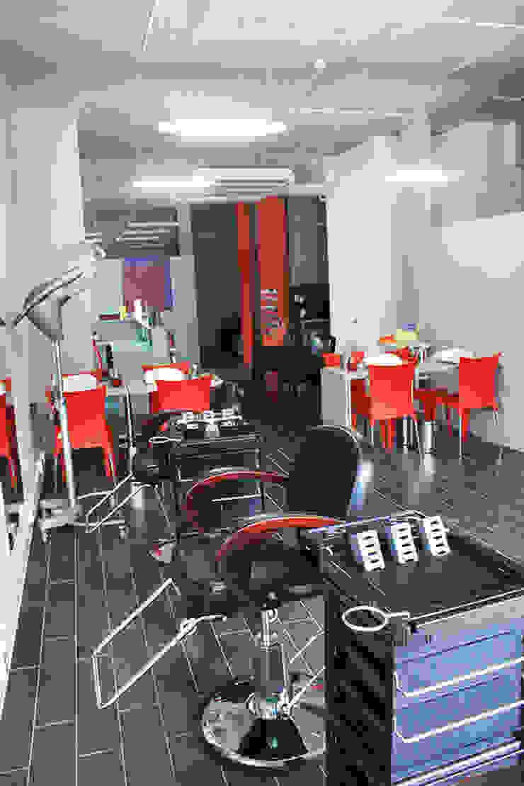 peluquería de IDEAfactory Moderno Compuestos de madera y plástico