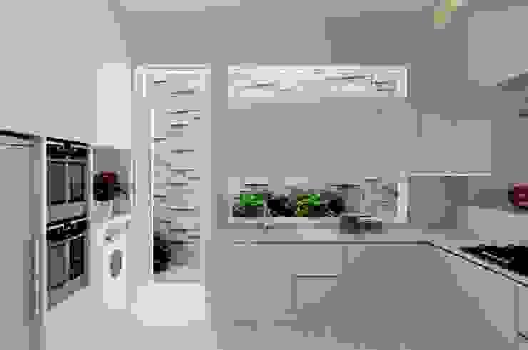 Cửa sau tại bếp giúp lưu thông không khí, tránh ám mùi thức ăn vào nhà. bởi Công ty TNHH TK XD Song Phát Hiện đại Đồng / Đồng / Đồng thau