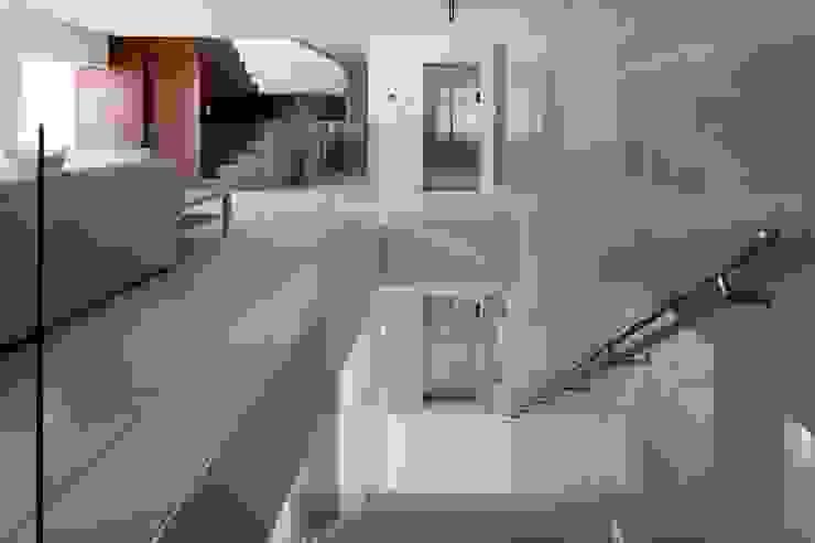 高輪台 建築家志望だった施主と協働して理想の住まいづくり House in Urban Setting 01 の JWA,Jun Watanabe & Associates モダン