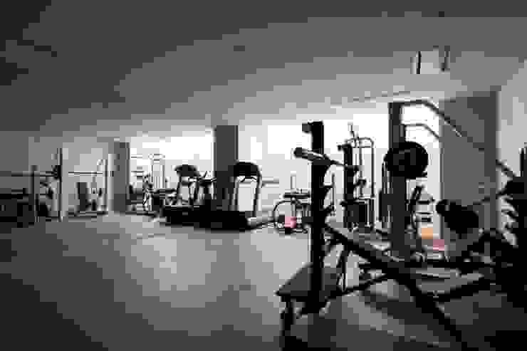 高輪台 建築家志望だった施主と協働して理想の住まいづくり House in Urban Setting 01 モダンデザインの ホームジム の JWA,Jun Watanabe & Associates モダン