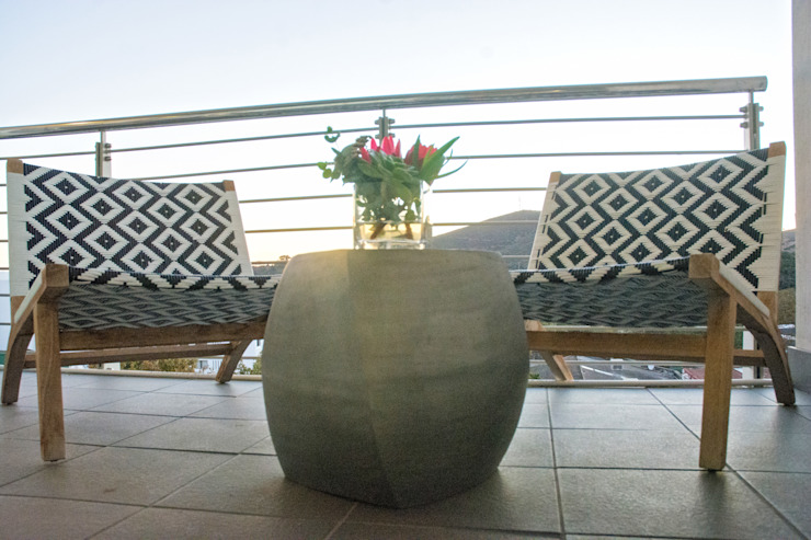 Outdoors on the balcony: classic  by Kraaines Interiors - Decor by Cherice, Classic