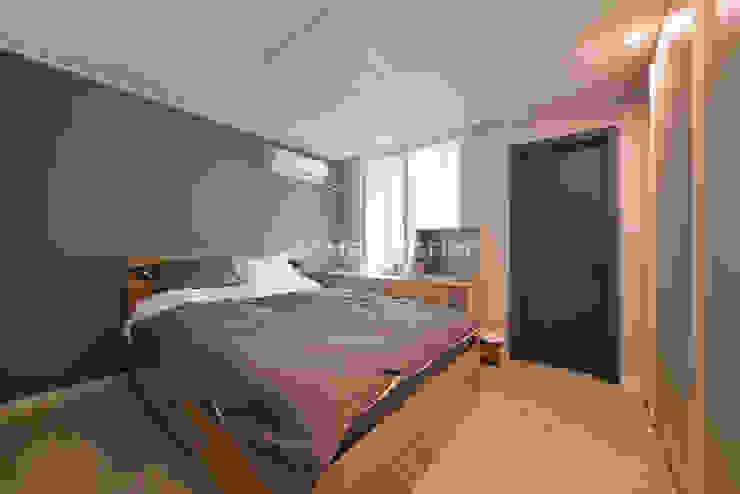 Dormitorios de estilo moderno de 이즈홈 Moderno