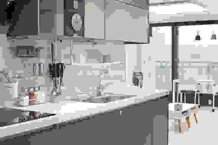Cucina moderna di 이즈홈 Moderno