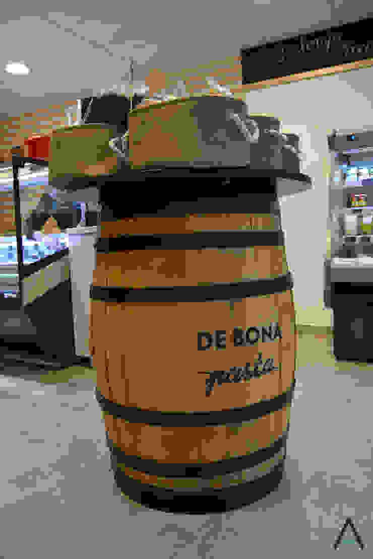 Espaços gastronômicos rústicos por Estudi Aura, decoradores y diseñadores de interiores en Barcelona Rústico Madeira Efeito de madeira