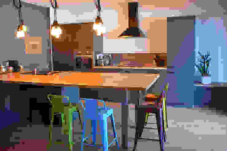 Décoration d'un appartement neuf à Lyon par Koya Architecture Intérieure Industriel Bois Effet bois