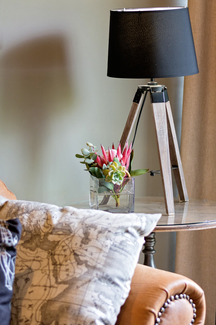 Side Table with beautiful table lamp: classic  by Kraaines Interiors - Decor by Cherice, Classic