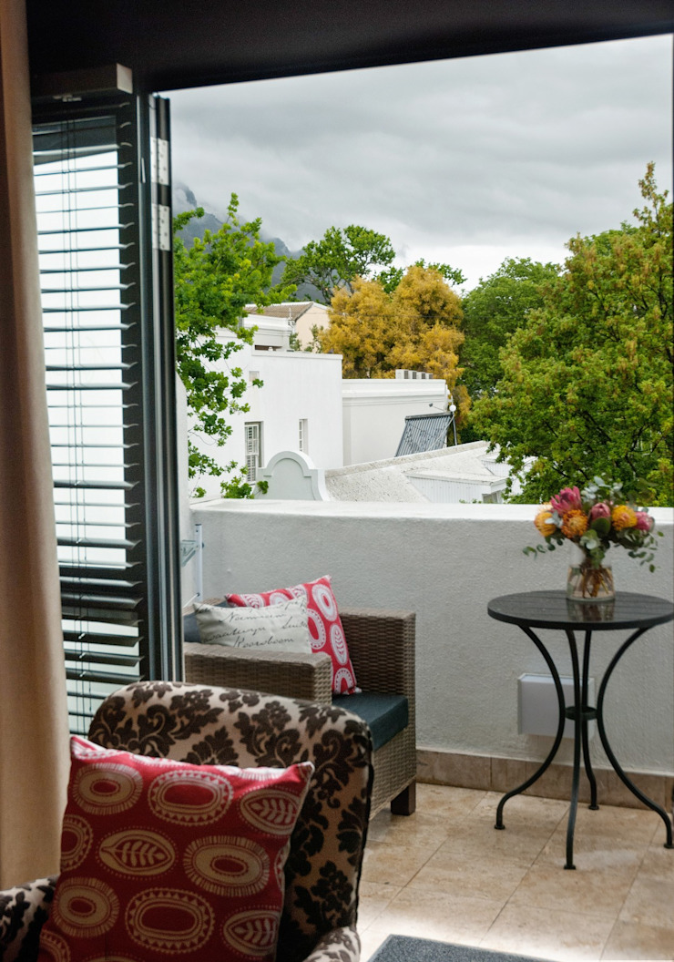 Balcony with stunning accent features and patio furniture: classic  by Kraaines Interiors - Decor by Cherice, Classic