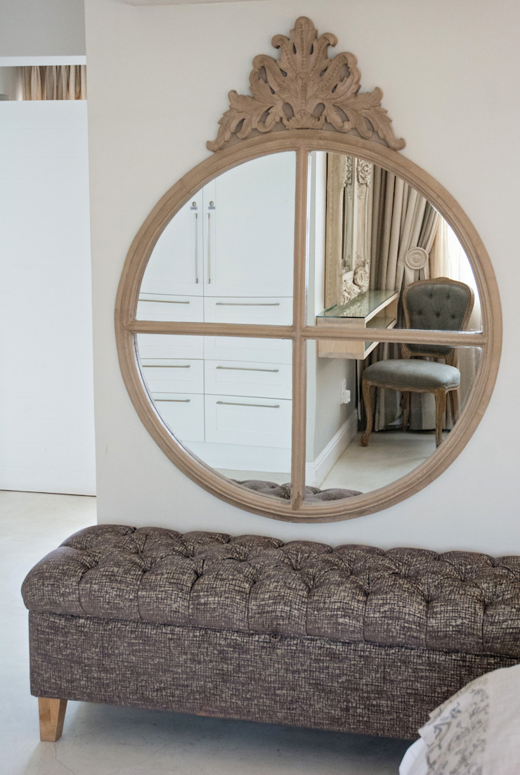 Cottage mirror with chesterfield kist: classic  by Kraaines Interiors - Decor by Cherice, Classic