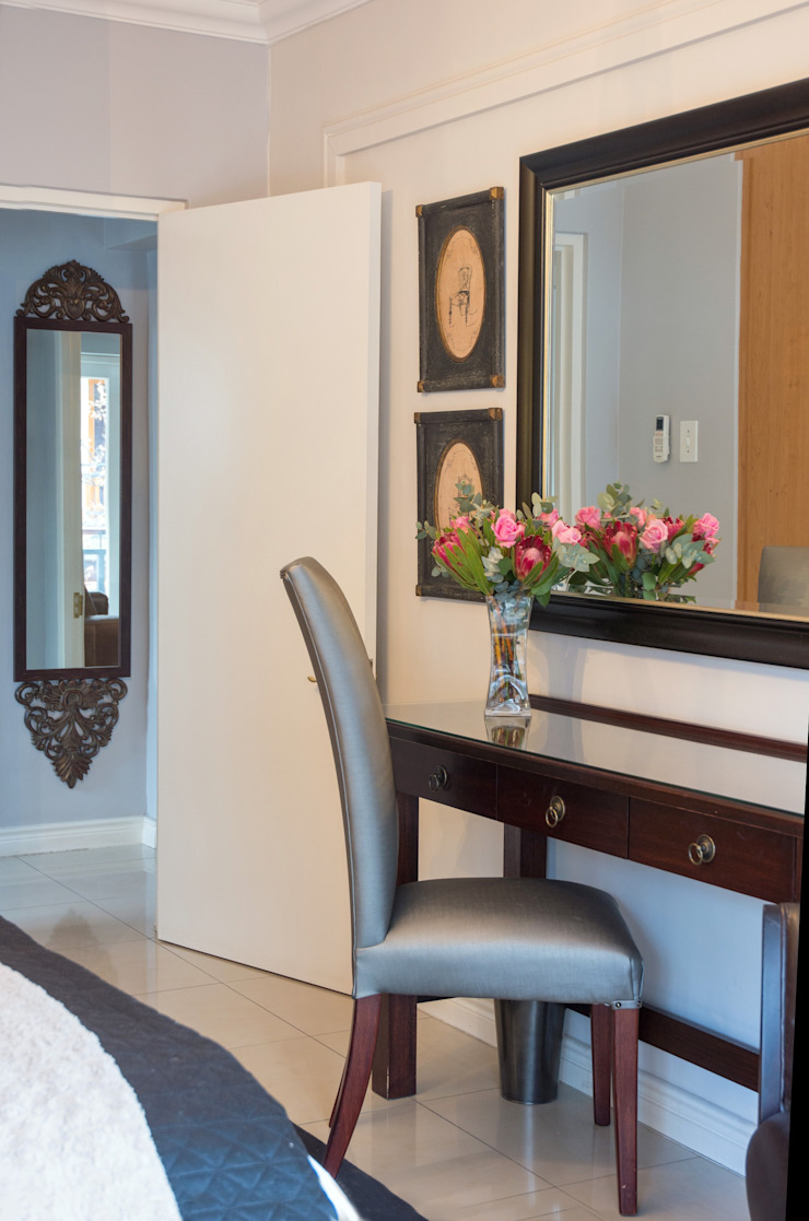 Dressing table: classic  by Kraaines Interiors - Decor by Cherice, Classic