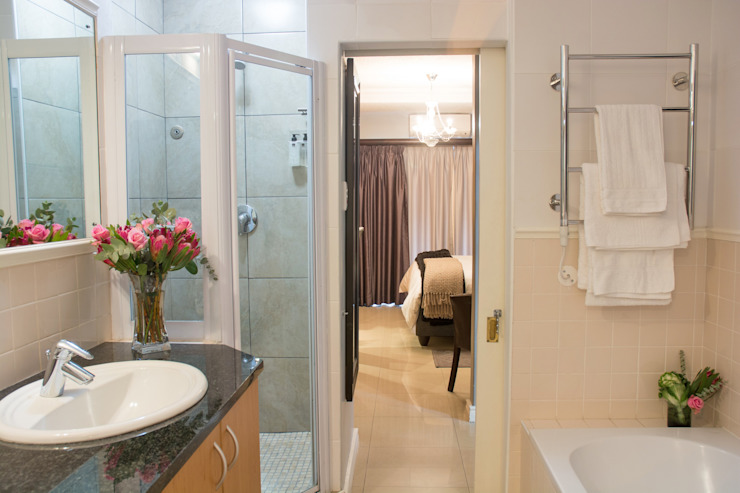 Bathroom: classic  by Kraaines Interiors - Decor by Cherice, Classic