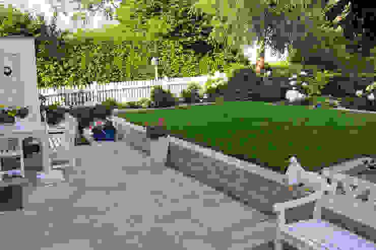 Eine Gartenanlage mit viel Liebe zum Detail.:  Garten von RAUCH Gaten- und Landschaftsbau GbR,Landhaus Granit