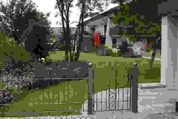Eine Gartenanlage verbindet moderne und natürliche Linien. RAUCH Gaten- und Landschaftsbau GbR Klassischer Garten