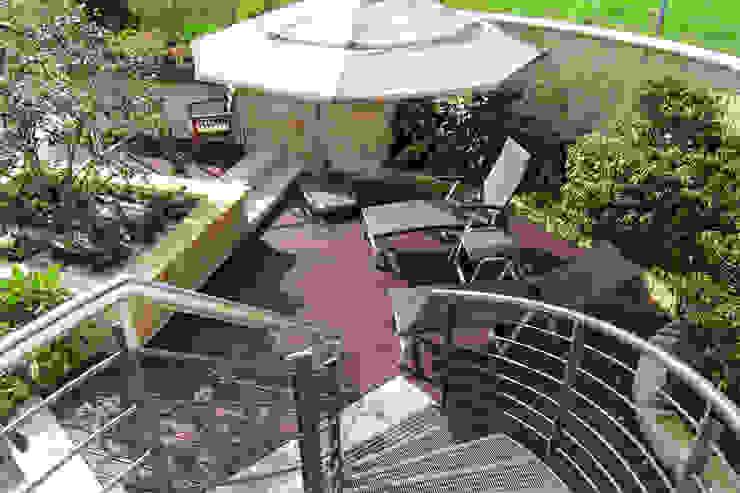 Faszination Gartenteich - modern und verspielt:  Terrasse von RAUCH Gaten- und Landschaftsbau GbR,