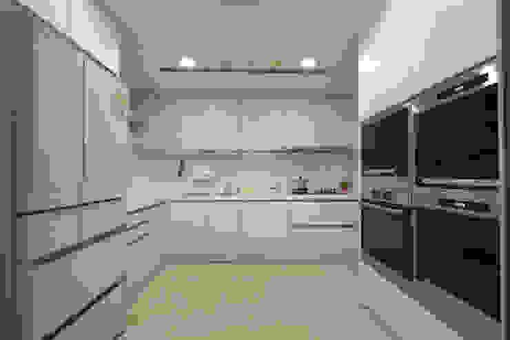 廚房燈源使用感應式開關燈法,貼心的小設計,讓做菜油膩的手,不用接觸得以開關電源。另外,空調與屋中所有燈源採用「總開關」方式,進出家門時可直接開關。 根據 品茉空間設計/夏川設計 北歐風