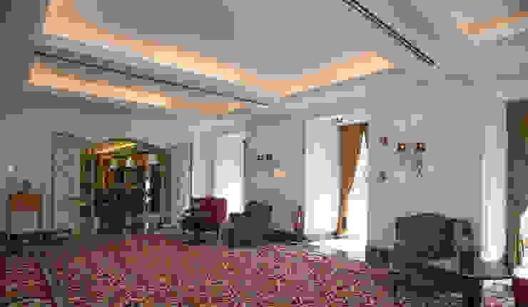 Couloir, entrée, escaliers classiques par Ferreira de Sá Classique