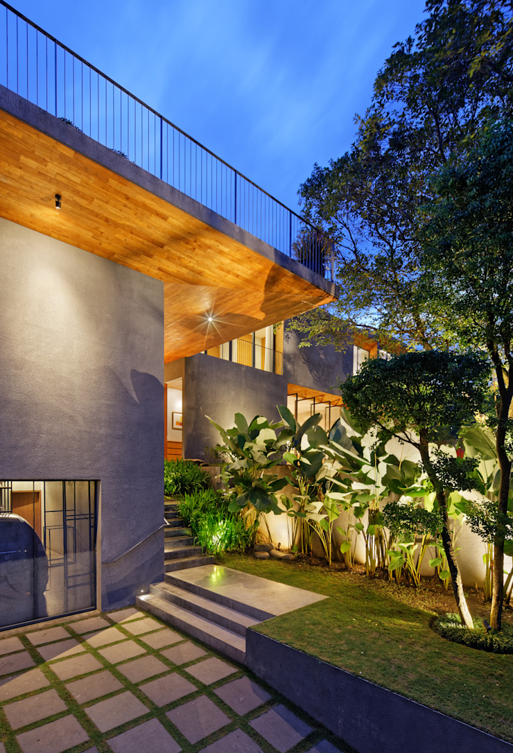 House of Inside and Outside Tropical style houses by Tamara Wibowo Architects Tropical Concrete