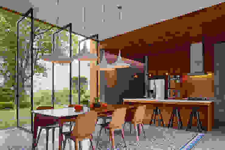 Nhà bếp phong cách nhiệt đới bởi Tamara Wibowo Architects Nhiệt đới Gỗ Wood effect