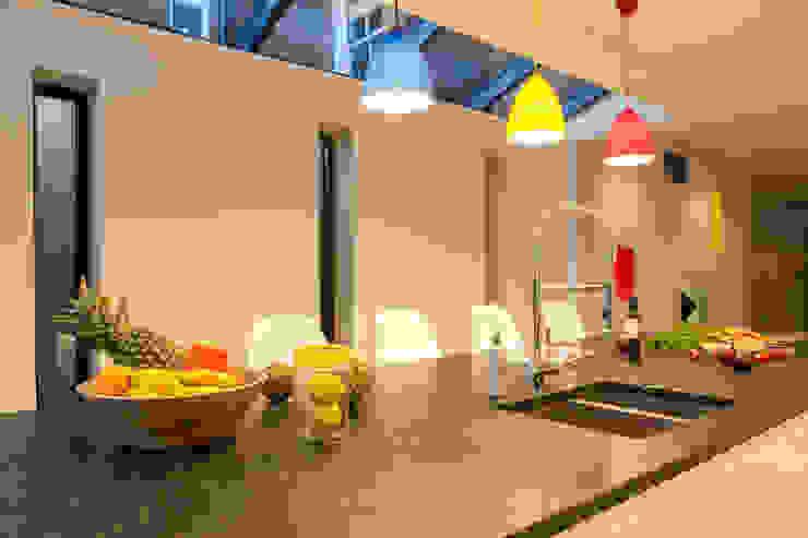 Multi-coloured kitchen ceiling pendants Timothy James Interiors Cocinas de estilo minimalista