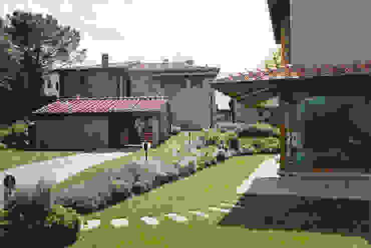 Fincas de estilo  por Morelli & Ruggeri Architetti