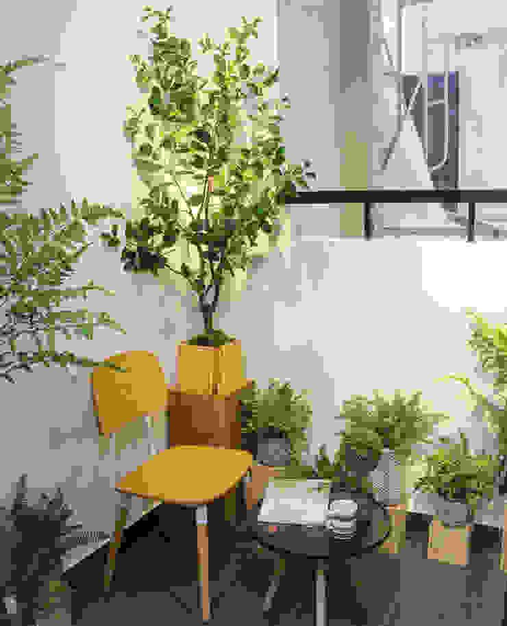 Ban công nhỏ ngay sau khu vực bếp được thiết kế làm nơi uống trà, đọc sách. Hiên, sân thượng phong cách hiện đại bởi Công ty TNHH TK XD Song Phát Hiện đại Đồng / Đồng / Đồng thau