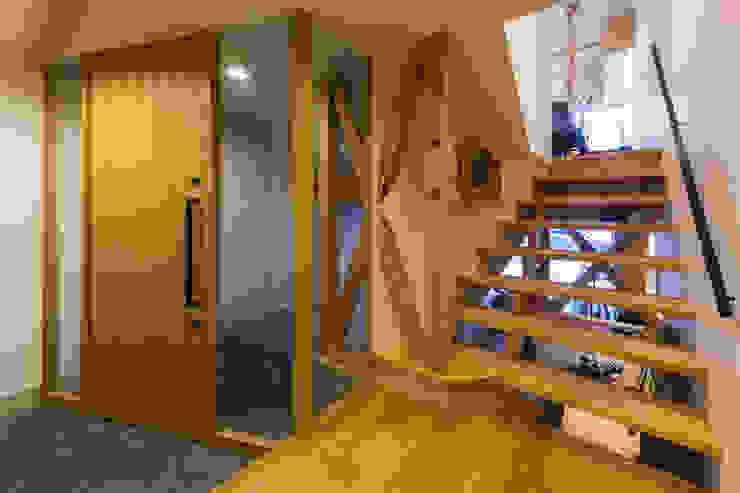 イン・エクスデザイン / in-ex design.Co.,Ltd. Pasillos, vestíbulos y escaleras de estilo moderno