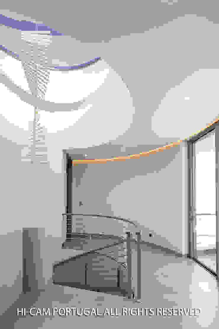 Couloir, entrée, escaliers minimalistes par Hi-cam Portugal Minimaliste