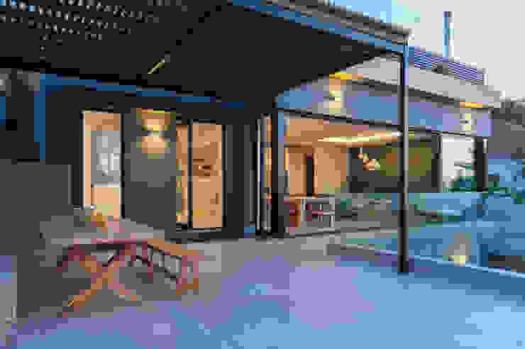 JBA Architects Moderner Balkon, Veranda & Terrasse Eisen/Stahl Schwarz