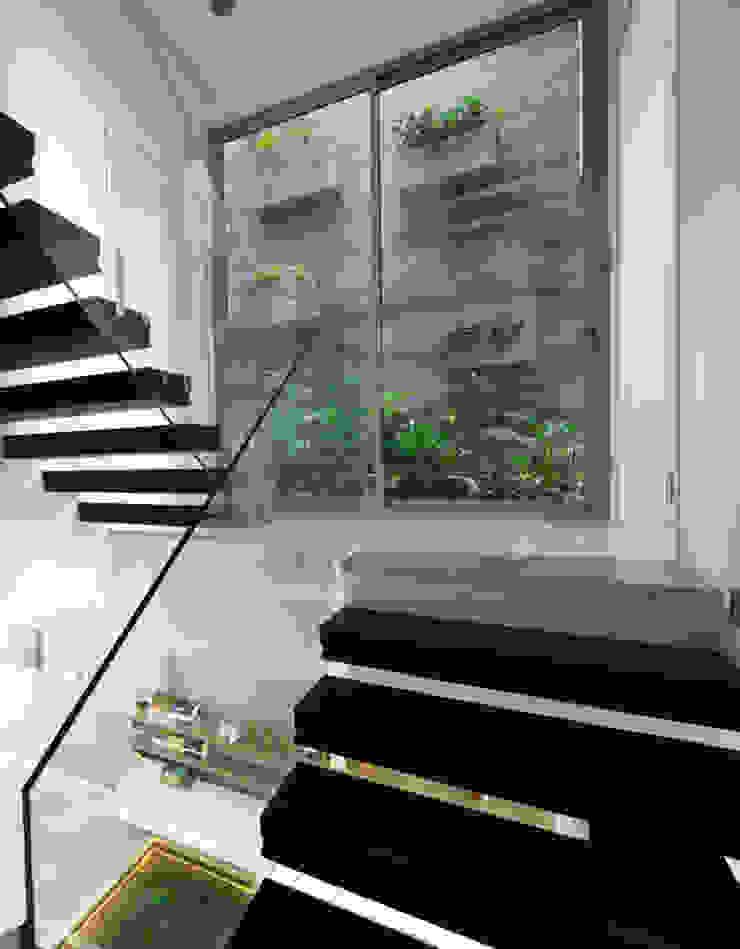 Ô kính rộng được bố trí tại khu vực cầu thang hướng ra khu vườn phía sau. bởi Công ty TNHH TK XD Song Phát Hiện đại Đồng / Đồng / Đồng thau